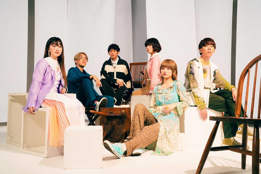 L→R mayu(Lead vocal&Chorus)、baratti(Voice percussion&Chorus)、euro(Bass)、 mikako(Lead vocal&Chorus)、rei(Lead vocal&Chorus)、keiji(Chorus)