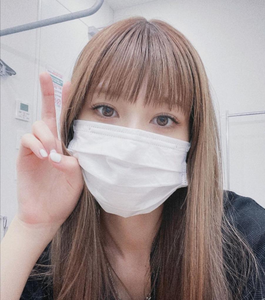 生見愛瑠、ぷるぷるリップで悩める女子ポーズ? THE・透明感