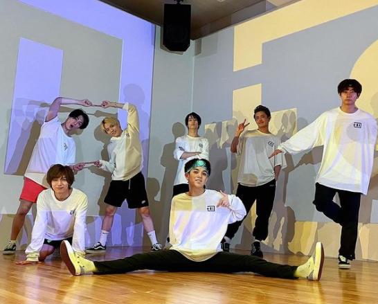 travis japan、お祭り忍者でパワフルダンスを披露!撮影合間の仲良しショットもあり。