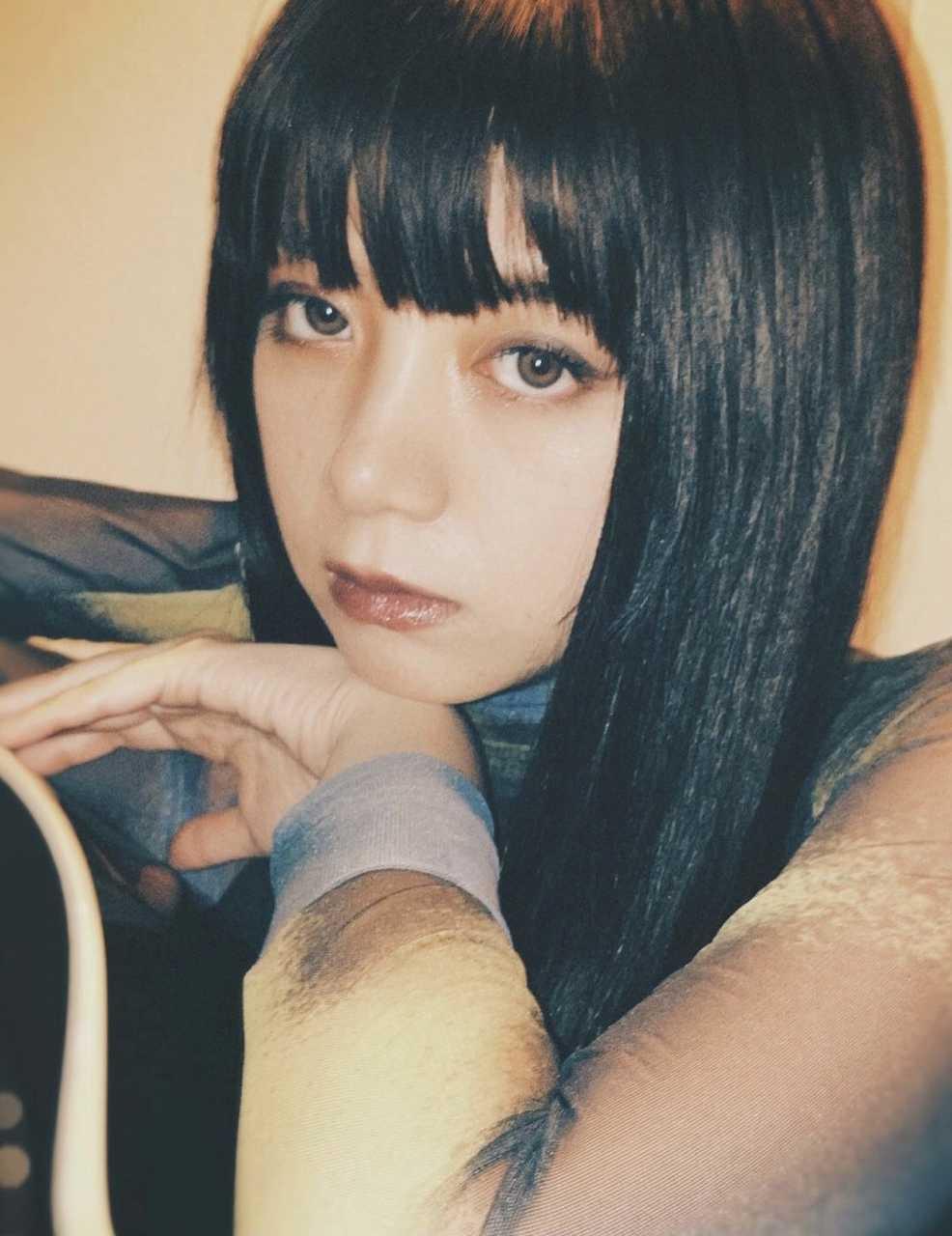 池田エライザ&ゆうたろう、女子学生服でウキウキポーズ!無邪気な笑顔に癒される