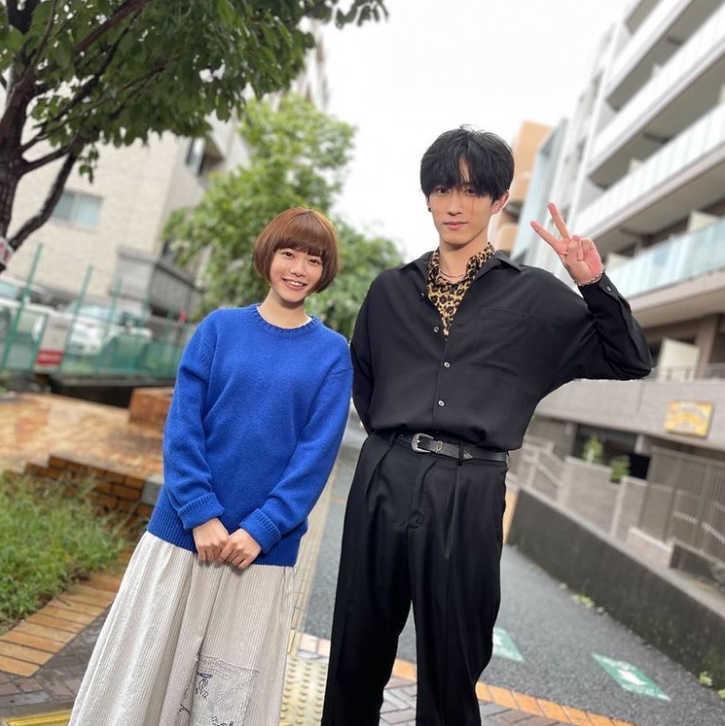 杉咲花×杉野遥亮、「ヤンキー君と白杖ガール〜」で恋人繋ぎ!?肩に頭をくっつけてはにかみ笑顔!