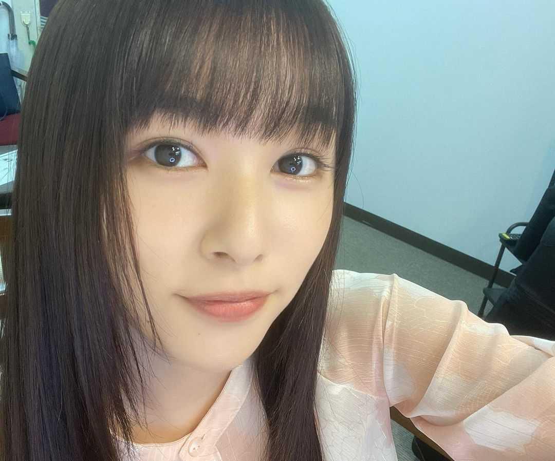 桜井日奈子、丸メガネ姿にキュン!手作り弁当とデカおにぎりを食べる姿にほっこり!