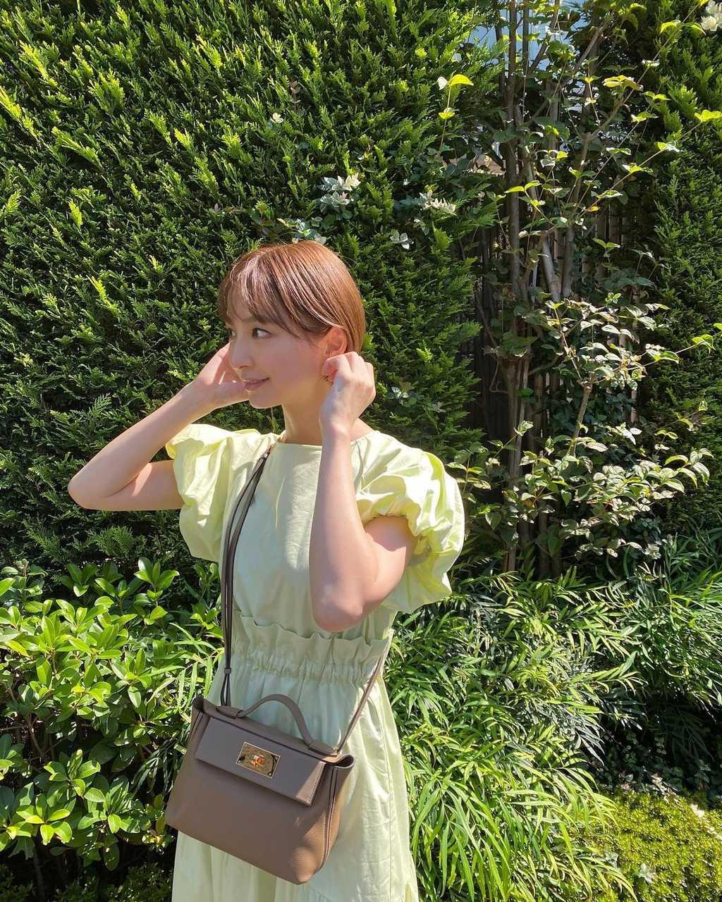 篠田麻里子、つやつや素肌が羨ましい!鏡越しの麗し過ぎる姿